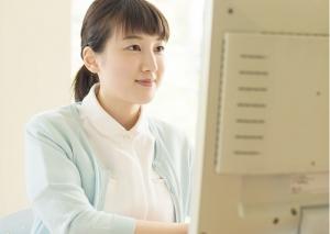 医療事務として働く女性