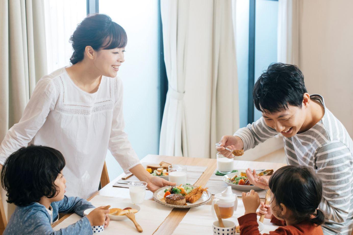 家庭の食卓風景